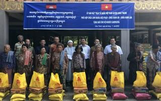 Tặng 200 phần quà cho người dân Campuchia