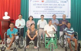 Trao xe lăn, xe lắc cho người khuyết tật