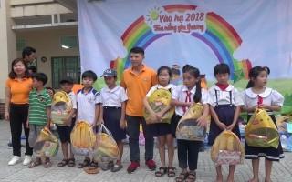 Hội Những người bạn Tây Ninh tặng quà cho trẻ em Phước Minh