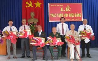 Phó Bí thư thường trực Tỉnh uỷ trao tặng Huy hiệu Đảng cho đảng viên huyện Tân Biên