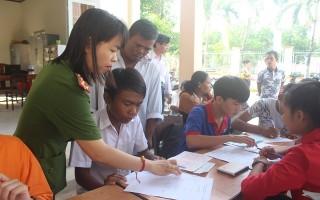 Cấp, đổi thẻ căn cước công dân cho người dân Khmer