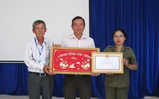 Khen thưởng tập thể Nông trường cao su Tân Hiệp