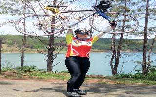 Nữ phượt thủ đạp xe ra thăm lăng Bác