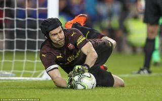 """Petr Cech giúp Arsenal hạ Chelsea sau màn """"đấu súng"""""""