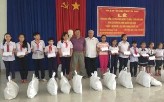 Trao học bổng cho học sinh nghèo Trảng Bàng
