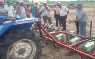 Trình diễn thí điểm áp dụng cơ giới hóa trong trồng đậu phộng