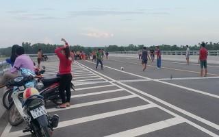 Đá bóng trên cầu vượt, nguy cơ tai nạn giao thông