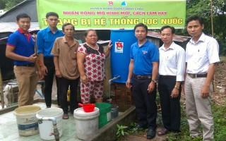 Trao bồn lọc nước cho người nghèo ở xã Lộc Ninh