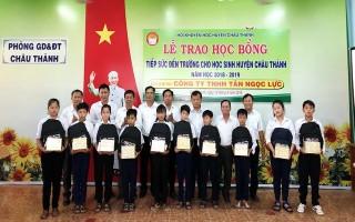 Chủ tịch UBND tỉnh trao hoc bổng cho học sinh nghèo hiếu học Châu Thành