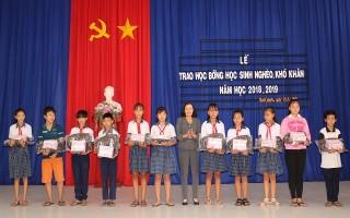 Trao học bổng cho học sinh nghèo xã Thanh Phước