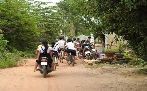Vướng tranh chấp đất, đường nông thôn thi công dang dở