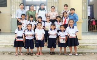 Chi đoàn Báo Tây Ninh: Tặng trên 2.000 quyển tập cho học sinh khó khăn