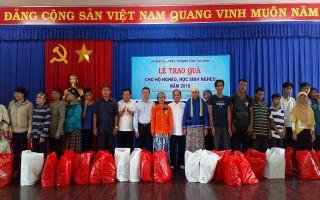 UB.MTTQVN tỉnh: Tặng 150 phần quà cho người nghèo