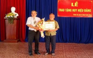 Hoà Thành: Trao huy hiệu 30, 55 năm tuổi đảng