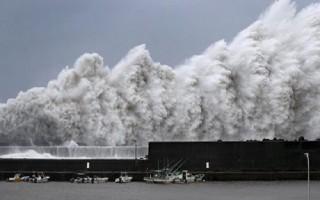 Nhật Bản: Xe tải lật nhào trên đường trong cơn bão mạnh nhất 25 năm qua