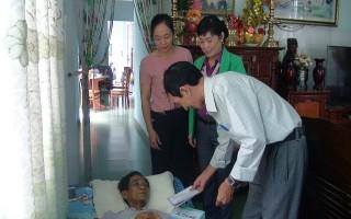 Trao tiền hỗ trợ giáo viên mắc bệnh hiểm nghèo