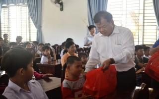Chủ tịch UBND tỉnh tặng quà Trung thu