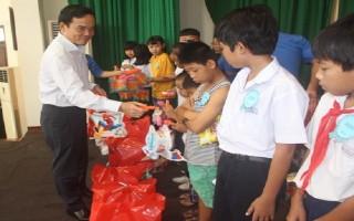 Lãnh đạo tỉnh tặng quà Trung thu cho trẻ em có hoàn cảnh khó khăn