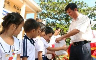 Tặng quà Tết Trung thu cho trẻ em có hoàn cảnh khó khăn
