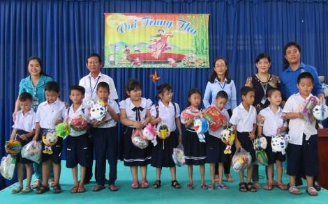 Tặng quà Trung thu cho học sinh