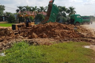 Một trường hợp ngang nhiên san lấp đất nền trên ruộng lúa
