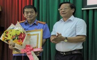 Trao Huy hiệu 50, 30 năm tuổi Đảng * Phó Viện trưởng Viện KSND tỉnh nhận huy hiệu 30 năm tuổi Đảng.