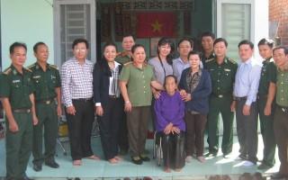 Đoàn khối thi đua 1 UBKT Thành ủy TP.HCM thăm, tặng quà mẹ Việt Nam anh hùng huyện Tân Biên