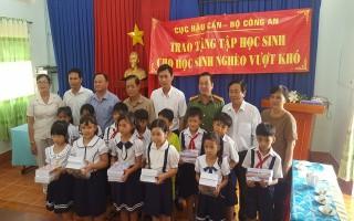 Cục Hậu cần Bộ Công an: Tặng quà cho học sinh nghèo huyện Châu Thành