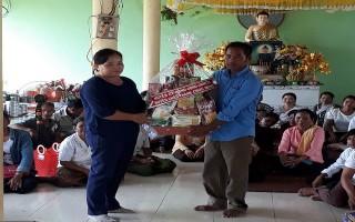 Châu Thành: Thăm, tặng quà bà con Khmer nhân lễ Sen-dolta