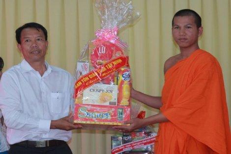 Lãnh đạo tỉnh: Chúc mừng đồng bào dân tộc Khmer nhân lễ Sen dolta
