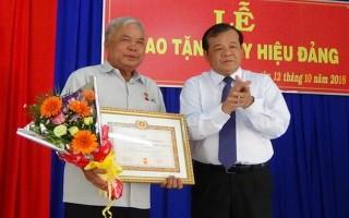 Chủ tịch UBND tỉnh trao tặng Huy hiệu cho đảng viên ờ TP.Tây Ninh