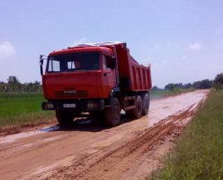 """Bến Cầu: Sẽ """"mạnh tay"""" xử lý các xe tải chở đất để rơi vãi trên đường"""