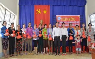 Tân Châu: Tặng thẻ BHYT cho phụ nữ nghèo vùng biên