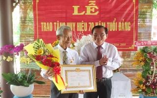 Phó Bí thư Thường trực Tỉnh ủy trao tặng Huy hiệu Đảng cho đảng viên Hòa Thành