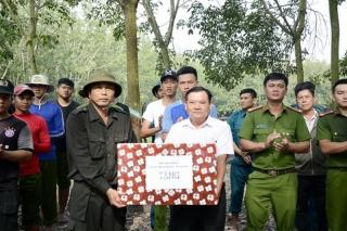 Thăm, tặng quà chiến sĩ làm công tác dân vận tại Dương Minh Châu