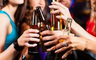 44% học sinh Việt uống cốc rượu bia đầu tiên trước 14 tuổi