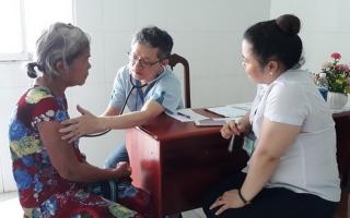 Tổ chức khám bệnh, cấp thuốc cho công nhân và người nghèo ở Bến Cầu
