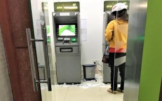 """Rác """"tấn công"""" trụ ATM"""