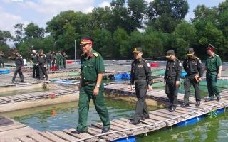 Lữ đoàn Can thiệp số 1 (Campuchia) tham quan mô hình tăng gia tại Sư đoàn 5