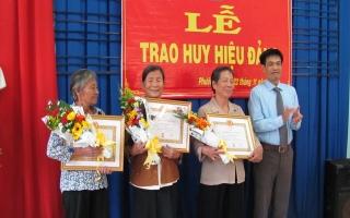Trao Huy hiệu 50, 30 năm tuổi Đảng