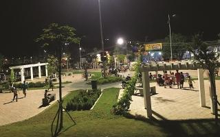 """Hàng rong """"vây"""" công viên đường Quang Trung"""