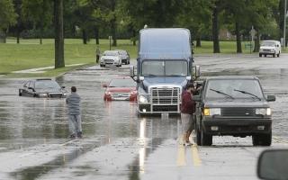 Những quy tắc vàng cần biết khi lái xe trong thời tiết mưa bão