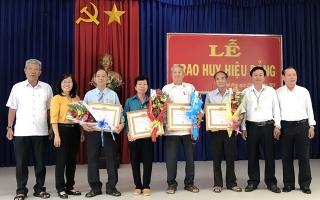 Châu Thành: Trao huy hiệu 55, 50, 45 năm tuổi Đảng