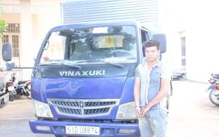 Bắt đối tượng vận chuyển 12.500 bao thuốc lá lậu