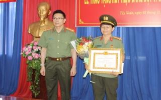 Đảng ủy Công an tỉnh trao huy hiệu 30 năm tuổi Đảng