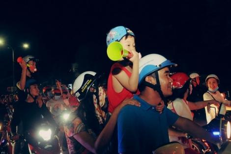 Phấn khích trước chiến thắng của tuyển Việt Nam, hàng ngàn người dân Tây Ninh đổ ra đường ăn mừng