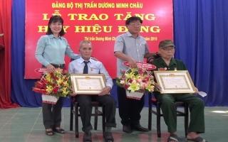 Đảng bộ thị trấn Dương Minh Châu trao huy hiệu 60 năm tuổi Đảng