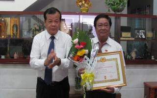 Chủ tịch UBND tỉnh Phạm Văn Tân trao huy hiệu 40 năm tuổi Đảng