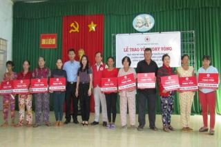 Trao vốn hỗ trợ phụ nữ nghèo xã Biên Giới