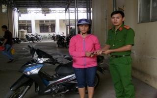 CA huyện Hoà Thành trao trả xe bị mất trộm cho người dân.